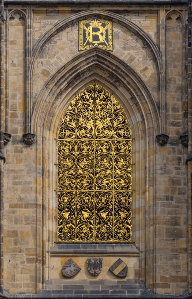 Cathedrale Saint-Guy Prague facade sud fenetre grille or