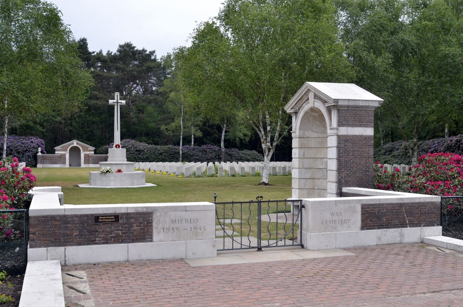Mierlo-War-Cemetery-entrance