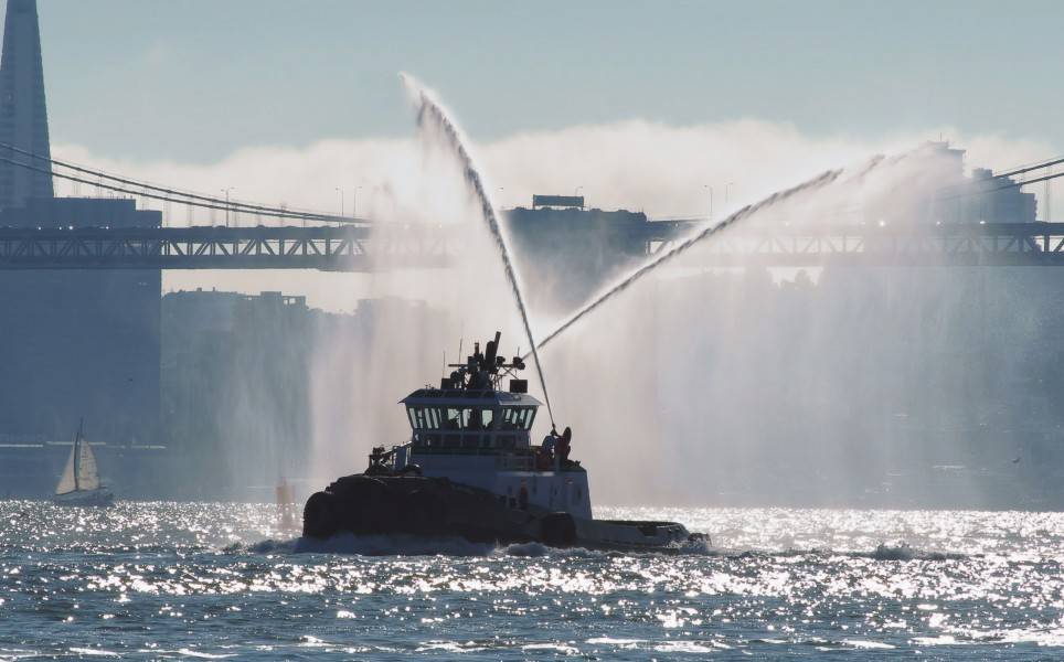 San Francisco tug employs water cannons