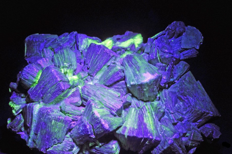 Tobernite = chalcolite sous UV (France)