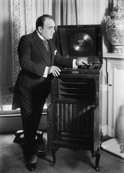 Caruso with phonograph2
