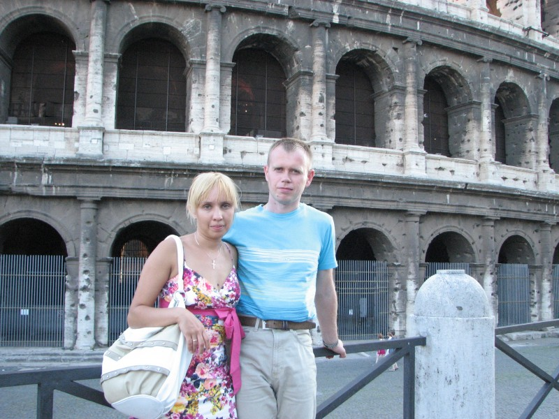 A married couple near Coliseum in Rome, Italy, European Union, August 2011, picture 31.