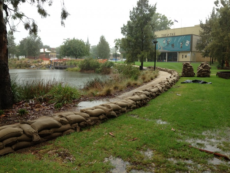Sandbags lined up along the Wollundry Lagoon (3)
