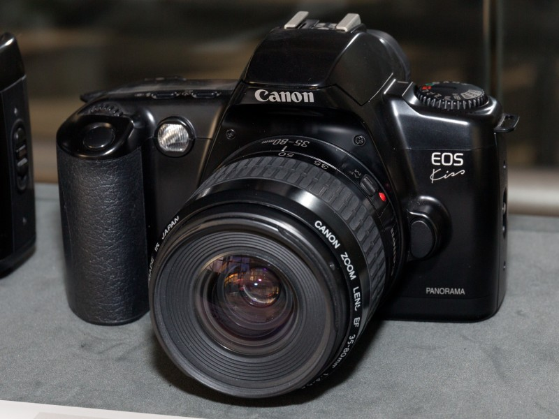 Canon EOS Kiss front-left 2016 Canon Plaza S
