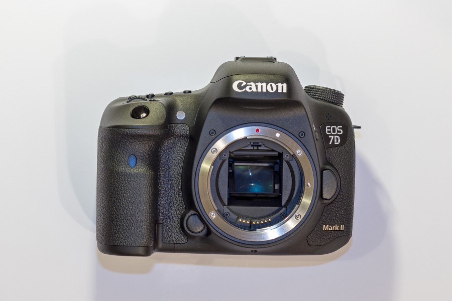 Jan2015 Canon EOS 7D Mark II Body02