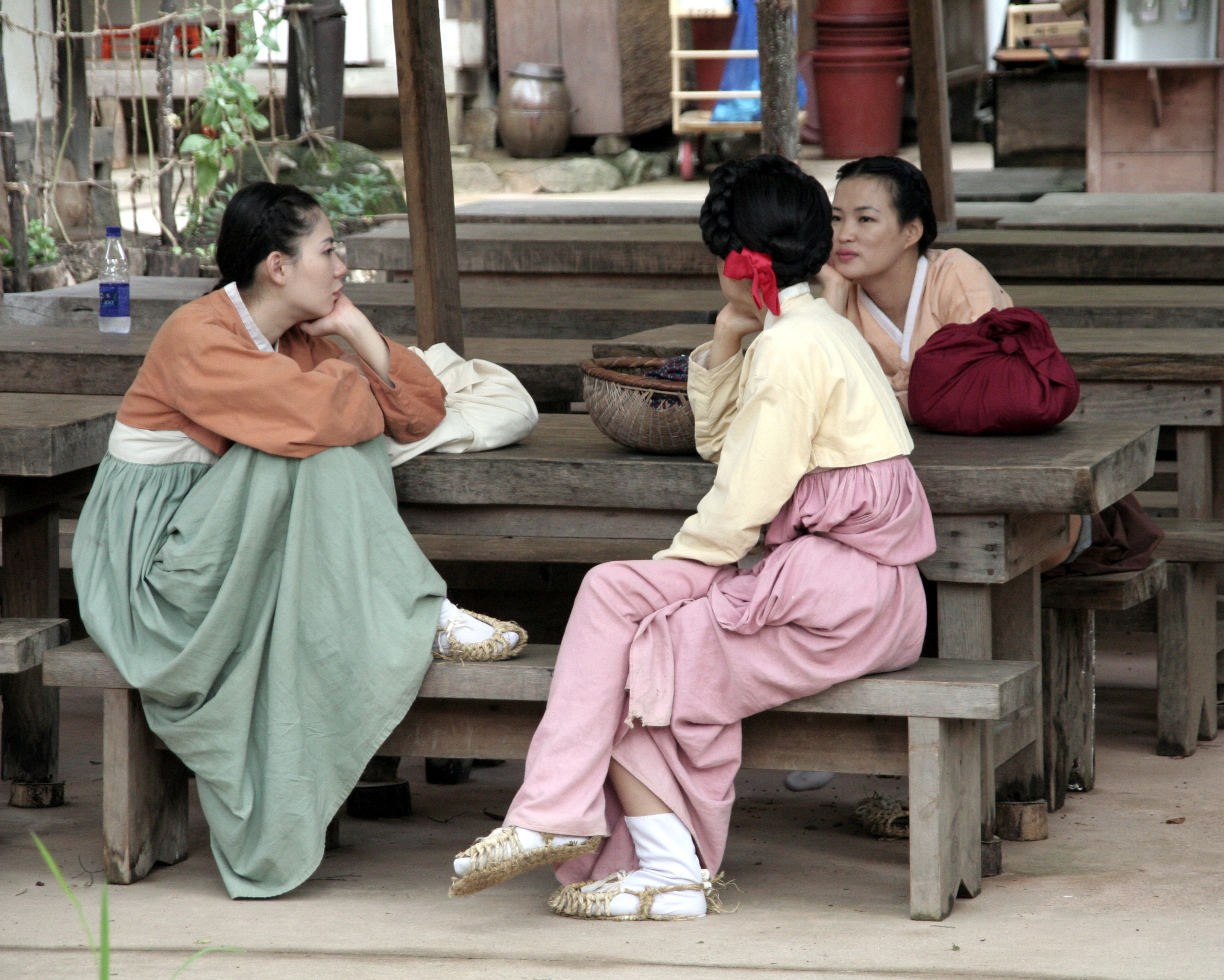 Korean Folk Village-Women in hanbok-03