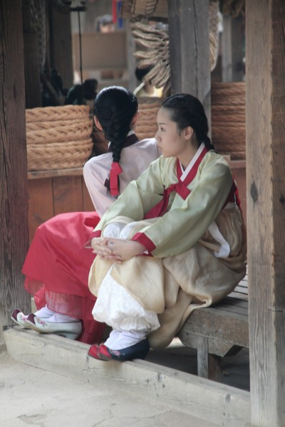Korean Folk Village-Women in hanbok-02