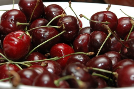 A bowl of red cherries