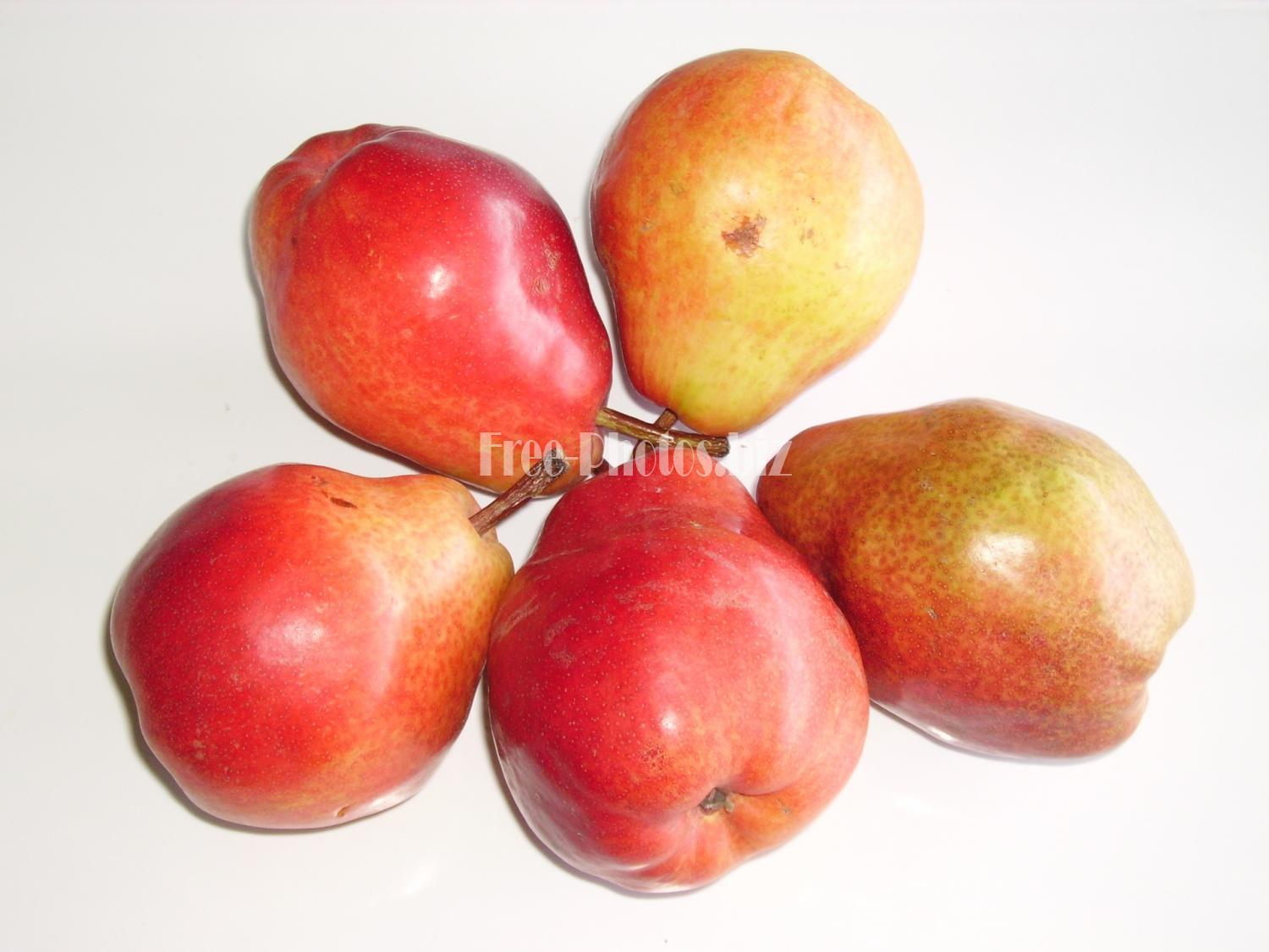 Rote Birnen. Red pears from Argentina.