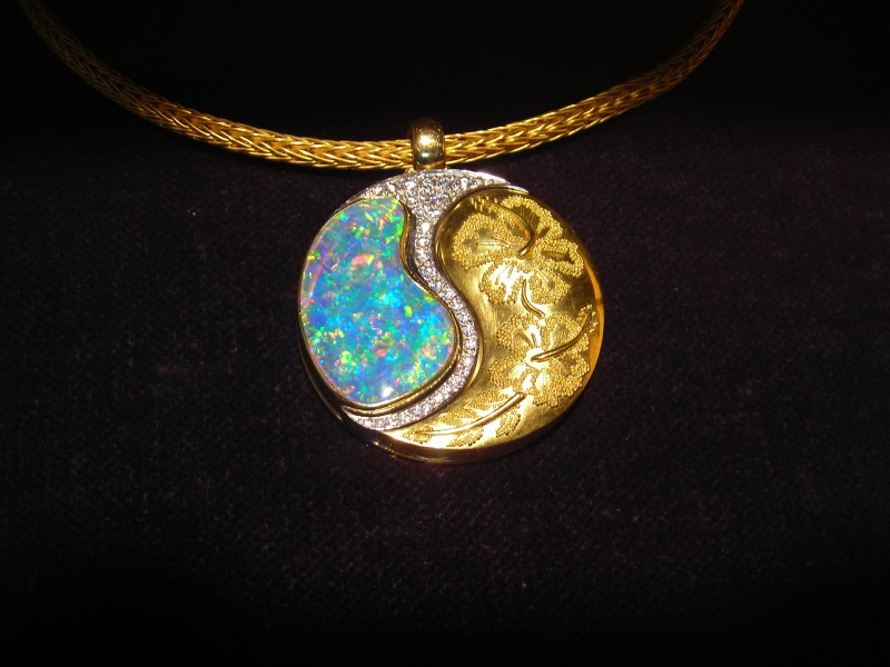 Pendant with opal and gold