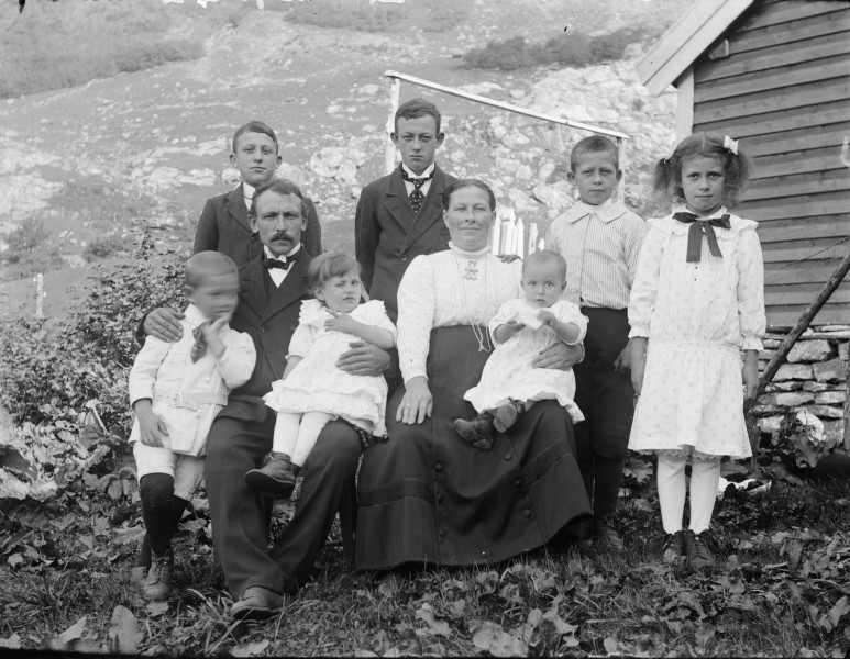 Group portrait of the Smelvær family (4598358744)