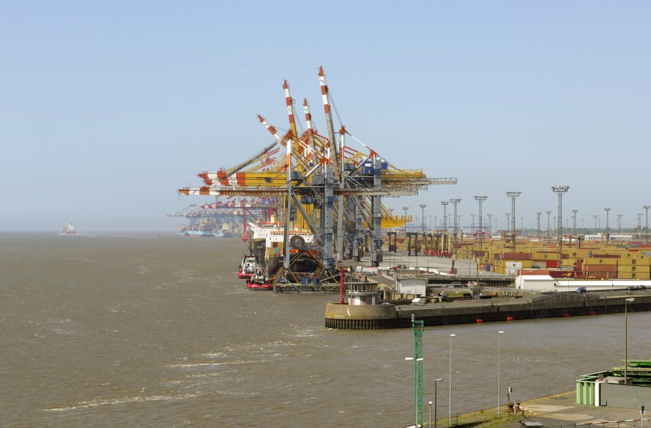 Cranes outside the Port of Bremerhaven (2009) 02