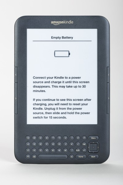 Kindle-Reader-Front-view-with-battery-empty-error-01