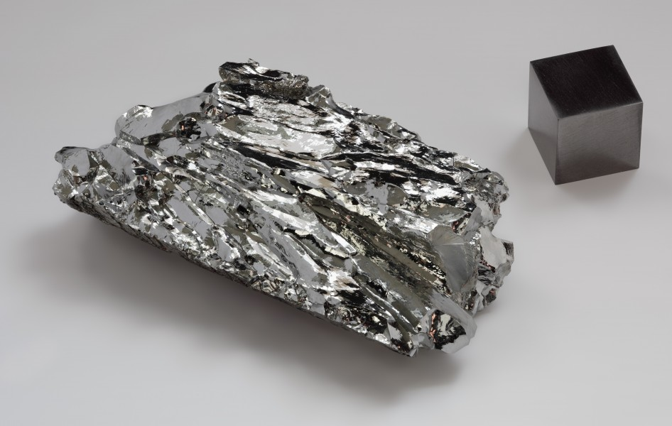 Molybdenum crystaline fragment and 1cm3 cube