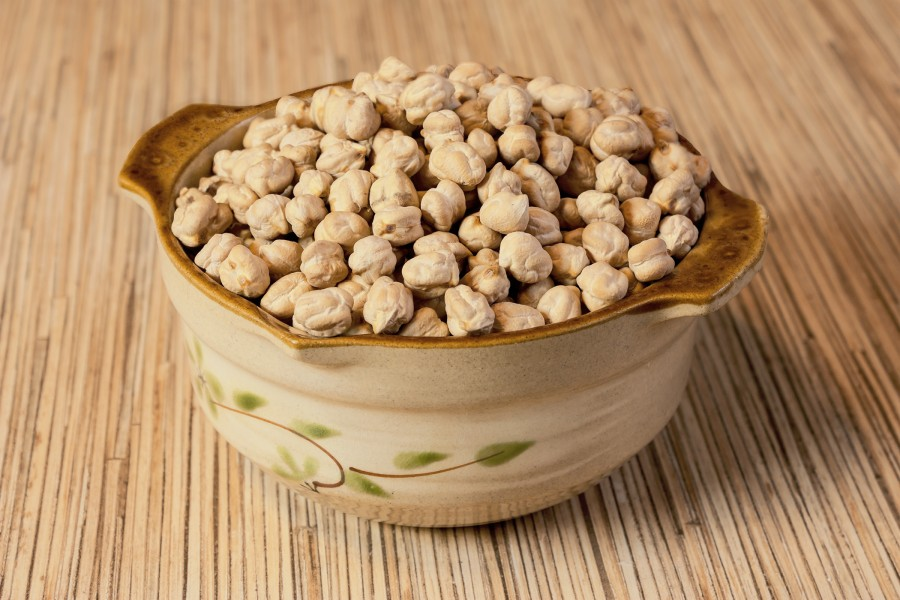 Ordinary chickpeas in a ceramic bowl