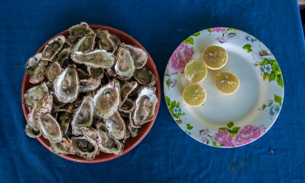 Plate of oysters with lemon