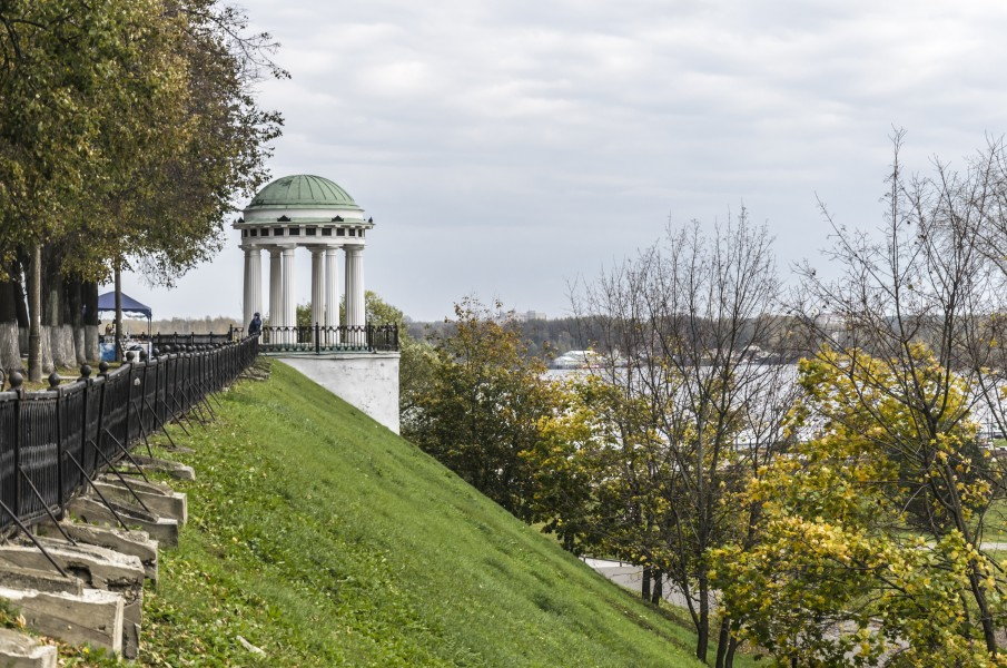 Rotunda at Kotoroslnaya Embankment in Yaroslavl 03