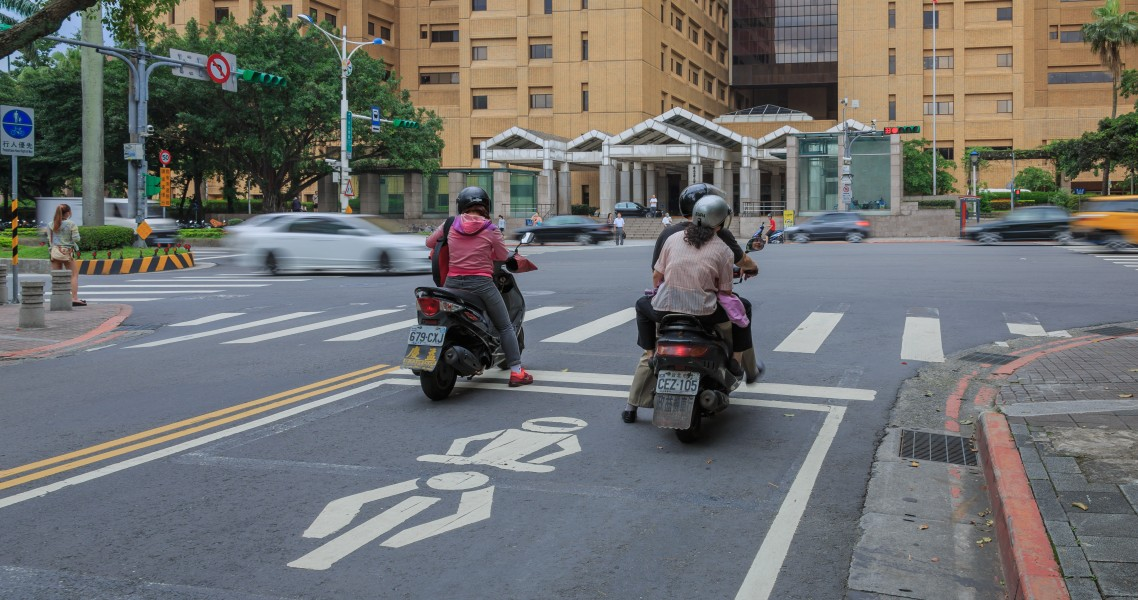 Taipei Taiwan Motorbikes-waiting-at-junction-in-front-of-hospital-01