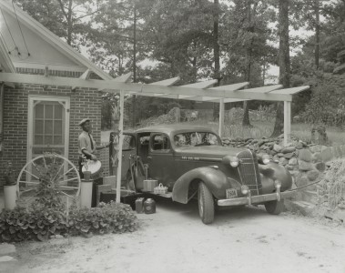 Frances B. Johnston's car and Huntley at the Wheel Inn, Morganton, N.C., photograph by Frances Benjamin Johnston - LoC 31739u