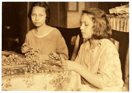 Lewis Hine, Two girls assembling paper flowers, New York, 1924