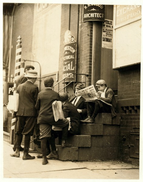 Lewis Hine, Newsboys on a stoop, Wilmington, Delaware, 1910