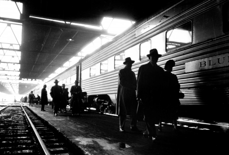 Stanley Kubrick, Commuters in train station, Chicago, 1949