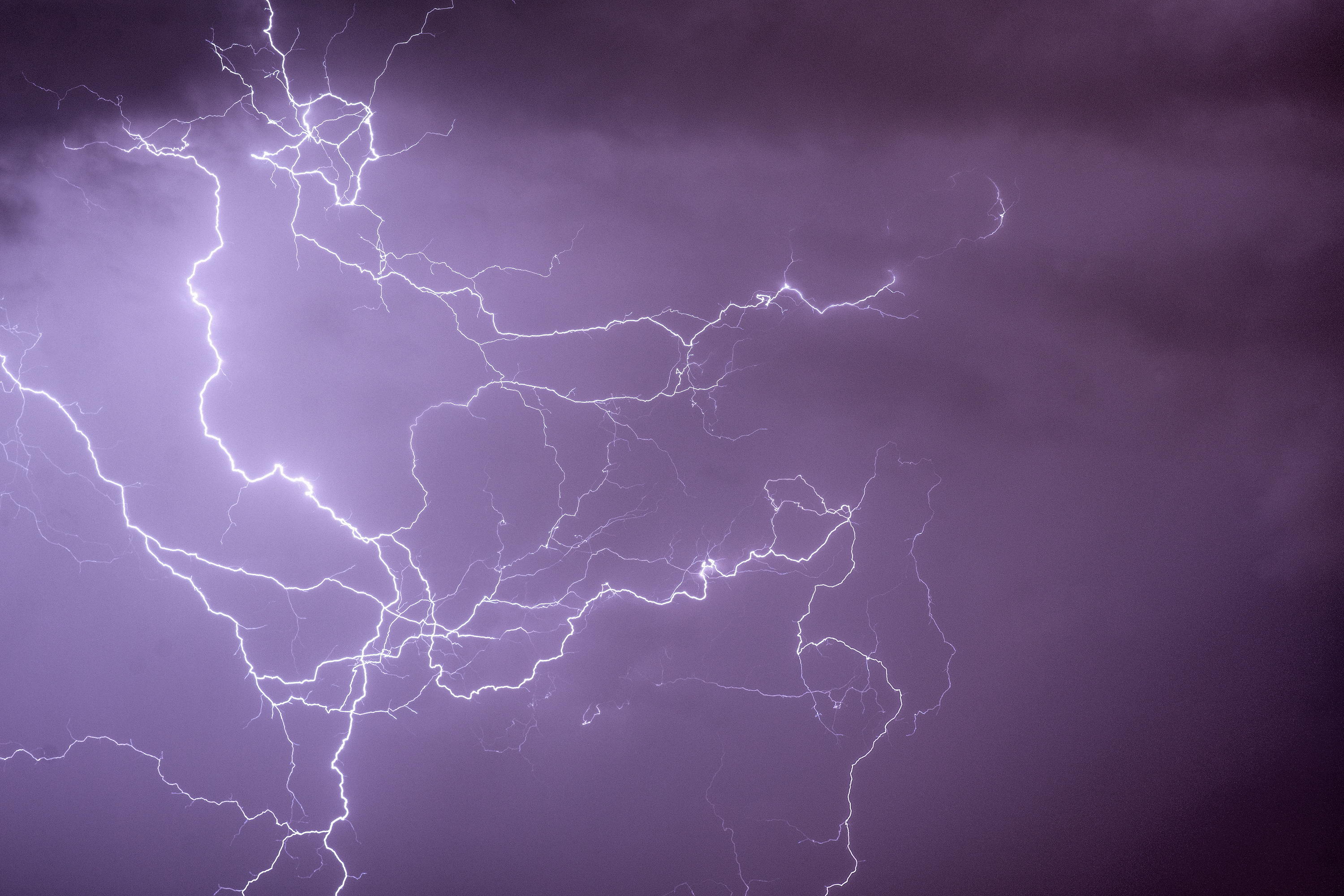 Cloud-to-cloud ramified lightning discharges