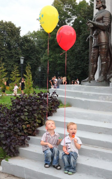 Child boys with baloons