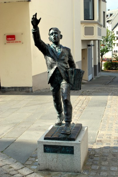 Alesund statue newspaper boy