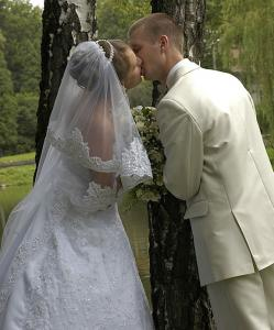bride and groom kissing, photo 1