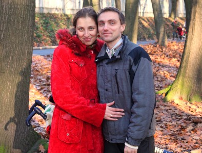 a beautiful Catholic wife with her husband in a park, photo 1