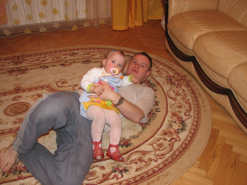 A baby kid girl with her father on a floor, picture 001