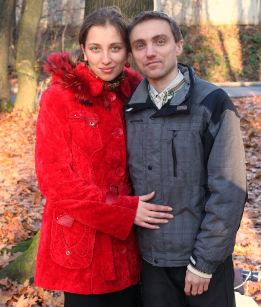 a beautiful Catholic wife with her husband in a park, photo 2