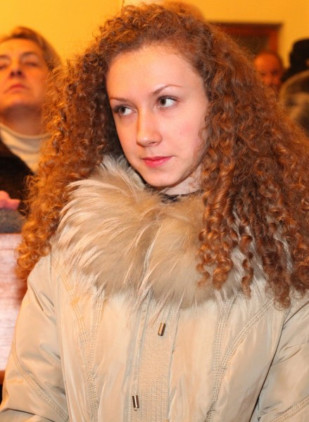 a beautiful curly long-haired girl in the Catholic Church, photo 3