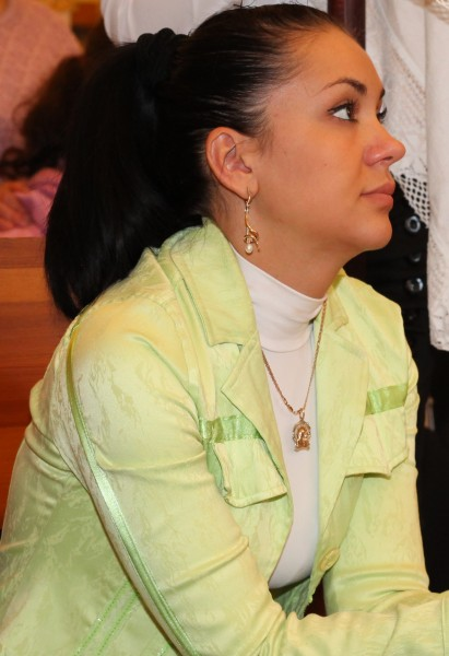 a young pretty brunette Catholic woman at a Holy Mass, photo 1