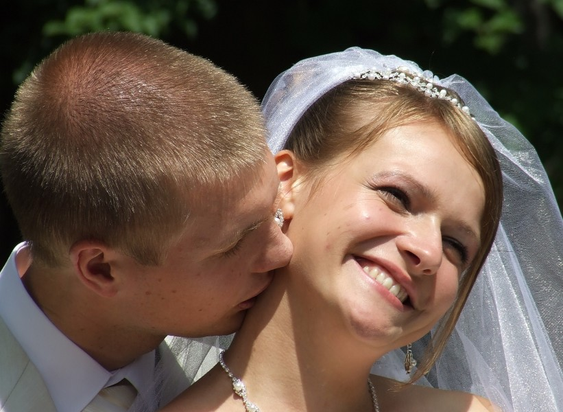 bride and groom kissing, photo 5