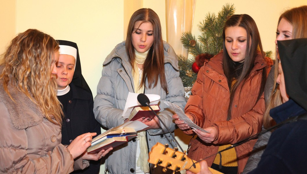 beautiful Catholic girls and nuns participating in the Christmas Holy Mass, photo 4