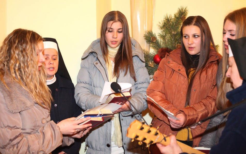 beautiful Catholic girls and nuns participating in the Christmas Holy Mass, photo 5
