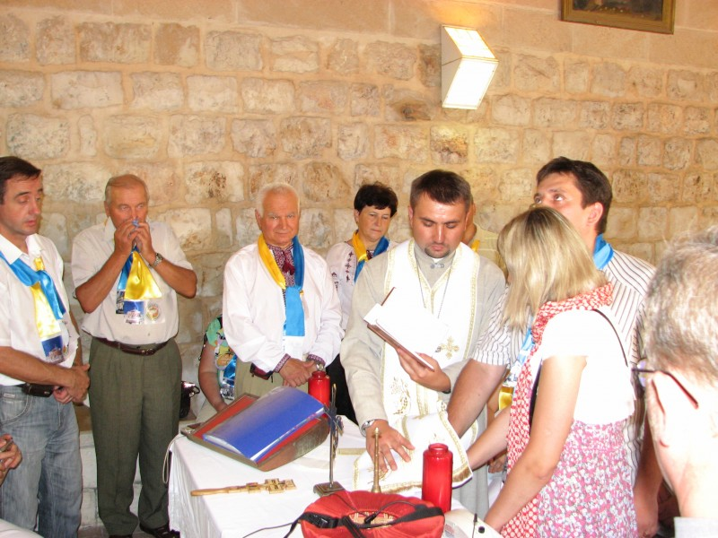 Pilgrims in Cana of Galilee in Israel repeating their wedding promises, picture 2