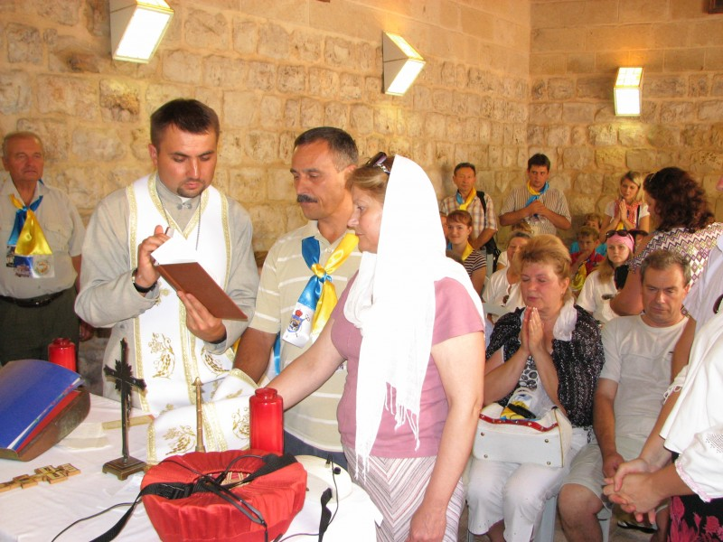 Pilgrims in Cana of Galilee in Israel repeating their marriage promises, picture 3