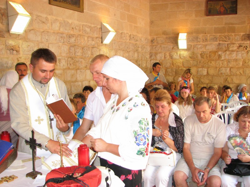 Pilgrims in Cana of Galilee in Israel repeating their wedding promises, picture 4
