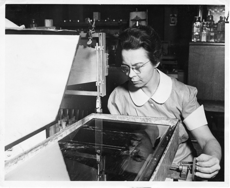 Katharine Burr Blodgett (1898-1979), demonstrating equipment in lab (3322781406)