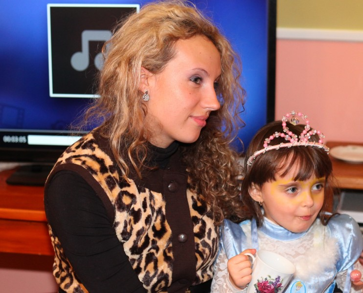 a beautiful curly woman with her daughter in a Catholic kindergarten, picture 4