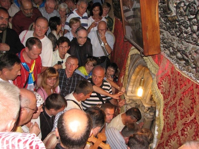 Pilgrims in the Church of Nativity, Bethlehem, Palestinian Territories, picture 3.