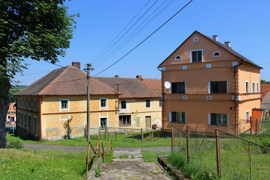 Bukovec, houses by church