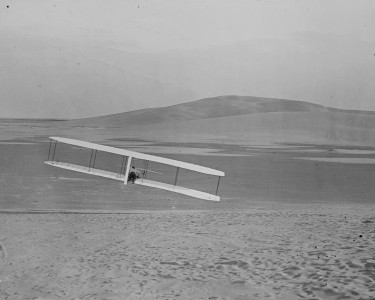 1902 Wright glider in right turn (cropped)