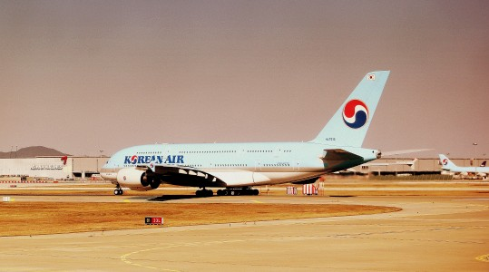 KOREAN AIR AIRBUS A380 LINING UP AT SEOUL INCHEON AIRPORT SOUTH KOREA OCT 2012 (8149925333)