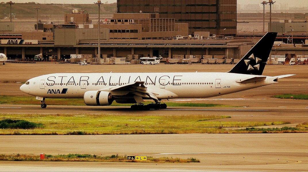 ALL NIPPON AIRWAYS BOEING 777-300 STAR ALLIANCE LIVERY TOKYO HANEDA AIRPORT JAPAN JUNE 2012 (7519237474)