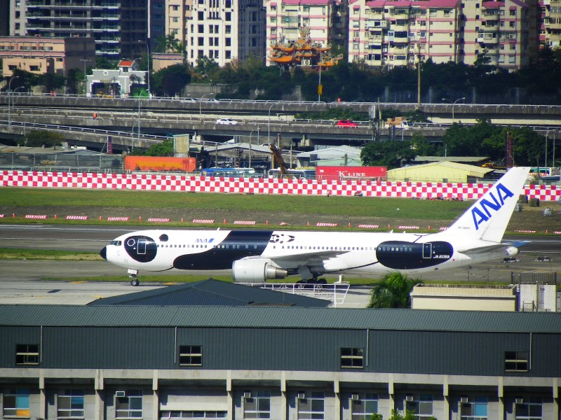 ANA JA606A at Songshan Airport 20121220b