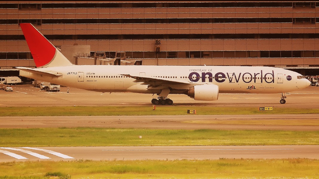 JAL BEONG 777-300 ONE WORLD LIVERY TOKYO HANEDA AIRPORT JAPAN JUNE 2012 (7525823516)